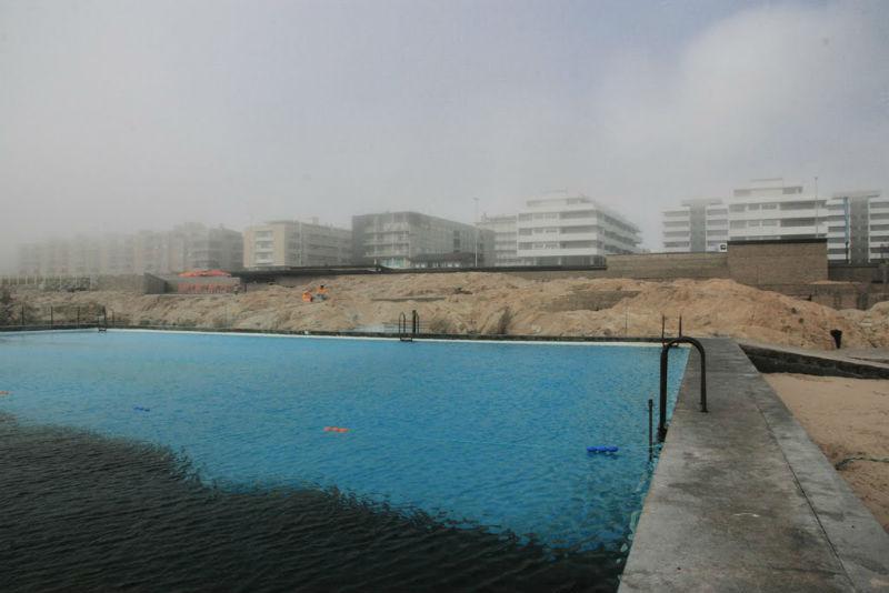 Vista de la piscina de Leça da Palmeira de Álvaro Siza via plataformaarquitectura.cl