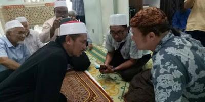 Kunjungi 80 Negara Tanpa Tahu Apa yang Dicari, Bule Inggris Temukan Islam Saat Menumpang Mobil Pria Muslim Malaysia