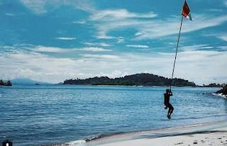 Merak juga menyimpan banyak tempat indah untuk wisata pantai. Selain memiliki Pulau Merak Besar dan Kecil, kawasan pelabuhan ini juga mempunyai pantai indah untuk para penikmat keindahan pantai terutama para penikmat senja dan pecinta romantisme alam.
