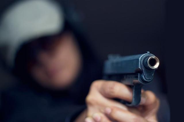 THE - Mulher executa homem com cinco tiros na zona leste