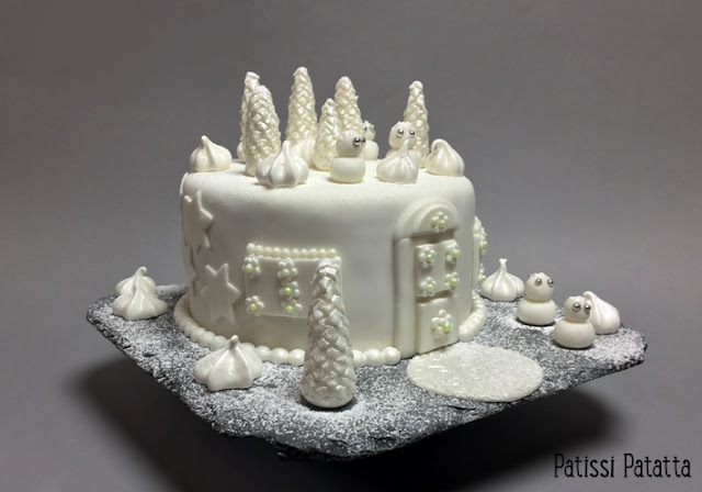 recette de gâteau de Noël, gâteau de Noël, le monde des lutins, cake design, pâte à sucre, gumpaste, sapins en gumpaste, meringues, gâteau de fête, gâteau féérique, gâteau blanc et argent, pain d'épices, gâteau lutins, maison des lutins, christmas cake, patissi-patatta