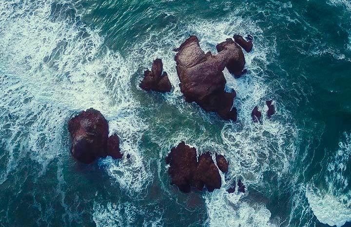 Rincón del poeta. Las olas duras y agrestes, resbalan sobre las rocas de Zunilda Borsani