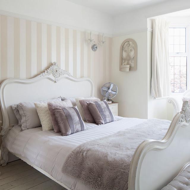 dormitor cu tapet in dungi
