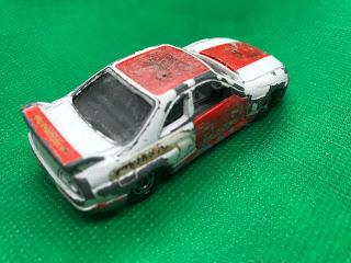 日産 スカイライン GT-R R33 のおんぼろミニカーを斜め後ろから撮影