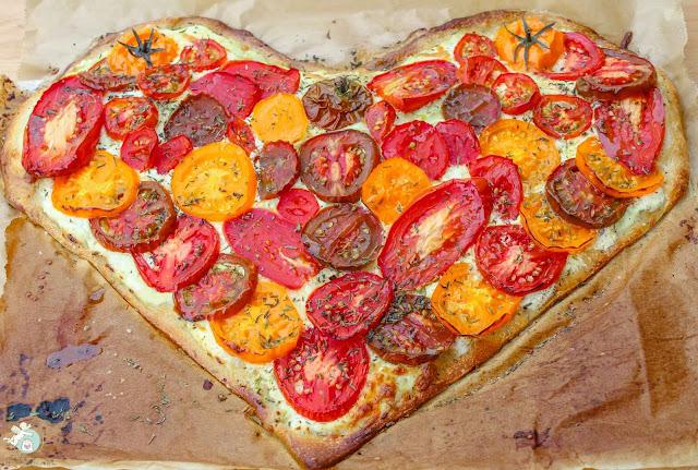 pizzaherz mit saftigen sommertomaten