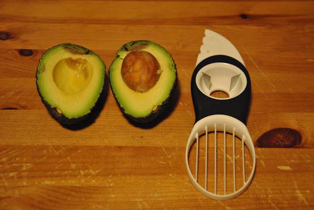 Avocado mit dem Avocadoschneider aufgeschnitten