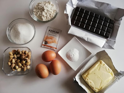 Ingredientes para brownie de chocolate con pistachos
