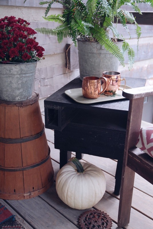 Hood creek log cabin rustic cabin fall porch 8 amazing rustic fall porches for White house fall garden tour 2017