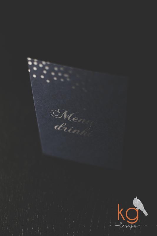 gwiazdy, granatowe, posrebrzane, srebrny, rozgwieżdżone niebo, oryginalne, osobne karty, nietypowe, błyszczący, granatowy papier, eleganckie, romantyczne, RSVP, poligrafia ślubna, papeteria ślubna, projekt ślubny, gwiazdy, kropeczki, niebo usiane gwiazdami, nocne zaproszenie slubne, zaproszenie slubne z gwiazdami, kg design papeteria slubna, poligrafia slubna, bochnia, krakow, warszawa, nietypowe i oryginalne zaproszenia, blyszczace, gold foil, posrebrzane, granatowo-srebrne, noc, gwiazdy, letni slub, granatowy papier, czarny papier, gold foil silver foil, pozłacane, posrebrzane, dodatki-slubne-weselne-gwiazdy-srebrne-blyszczace-rozgwiezdzone-niebo-srebrne-kuleczki-menu-winietki-nazwys-stolow-nocne-niebo-niespotykana-wyjatkowa-oryginalna-papeteria