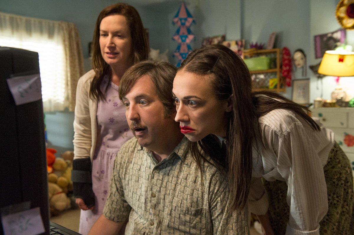 Miranda, el tío Jim y Bethany presencian las primeras visitas del vídeo en YouTube