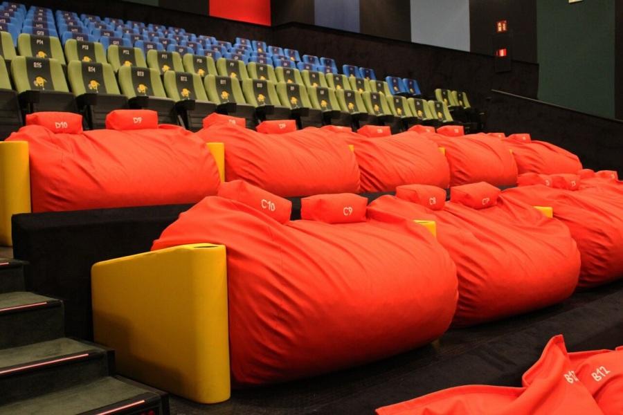 tumbonas, cojines y puffs dobles en el cine
