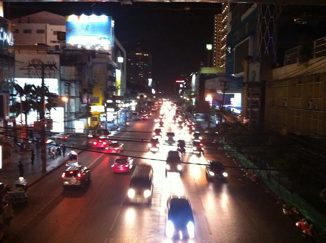El tráfico nocturno en Bangkok
