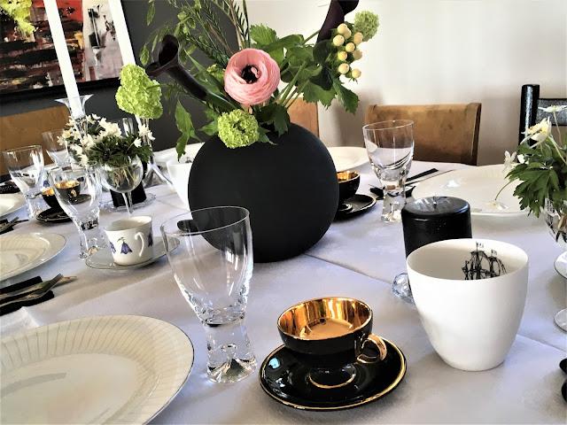 Borddekking - Tips til vakre blomster på bursdagsbordet. Svart vase og andre svarte detaljer