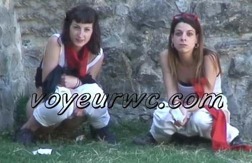 Girls Gotta Go 25 (Voyeur pee videos - Spanish girls peeing in public at festival)
