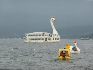 Ferry con cabeza de cisne en el Lago Yamanakako
