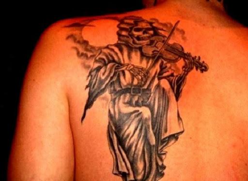 Sim uma única representação do Grim Reaper tatuagem. O reaper tem um violino e aparentemente está jogando em um sereno e silencioso luar.