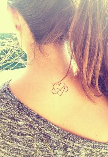 Mais bela pequena tatuagem para a menina em beck pescoço