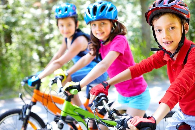 Crianças a andar de bicicleta
