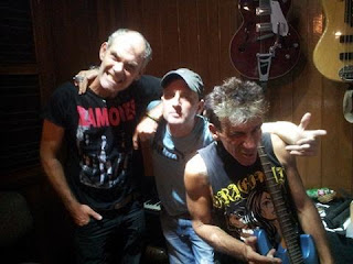 Bob Passion: vocals, guitar /  Ben Schkoot: bass /  Professor Kinski: drums/production