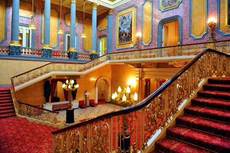 Buckingham Sarayı'nın içi oldukça lüks ve gösterişli eşyalalarla doludur, yerleri kırmızı halılarla kaplıdır.