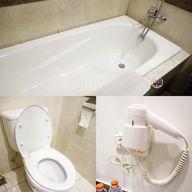 kamar mandi kamar di The Bellezza Suites Hotel, Permata Hijau