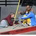 Justin Bieber se sienta en el suelo para charlar con pareja sin hogar