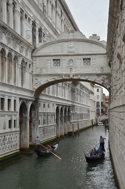 Vue du pont des soupirs à Venise avec des gondoles qui passent en dessous