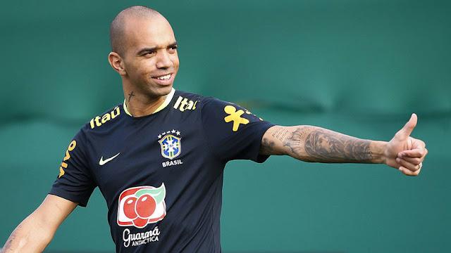 Suspenden a un futbolista brasileño por rascarse la cabeza mientras suena el himno de China