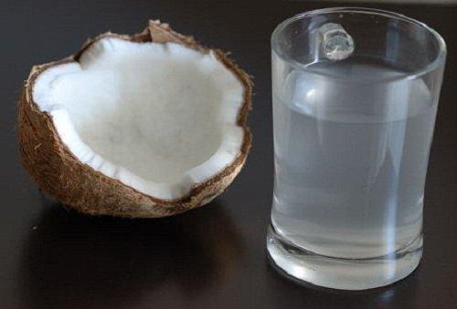 Eau de noix de coco avec du miel avant le coucher