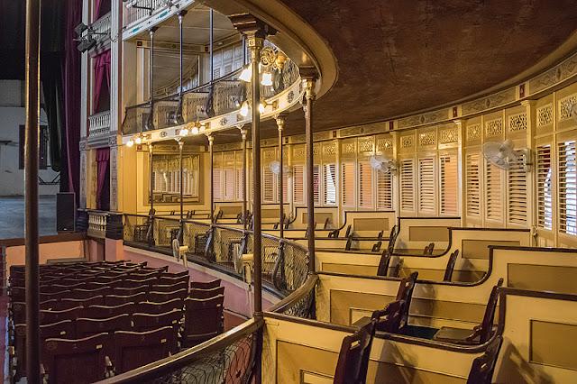Le parterre et les balcons à l'intérieur du théâtre Tomas Terry