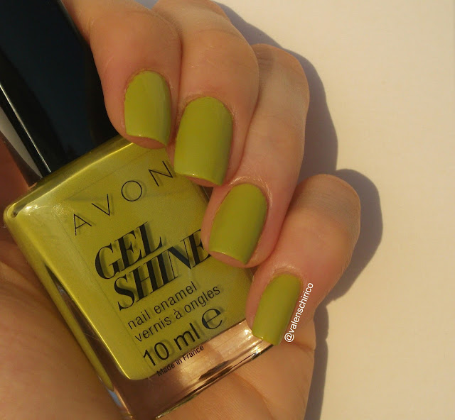 Avon GEL SHINE nail polish, Citronised (Citronized), review and swatches (outdoor + sunlight) by Valentina Chirico