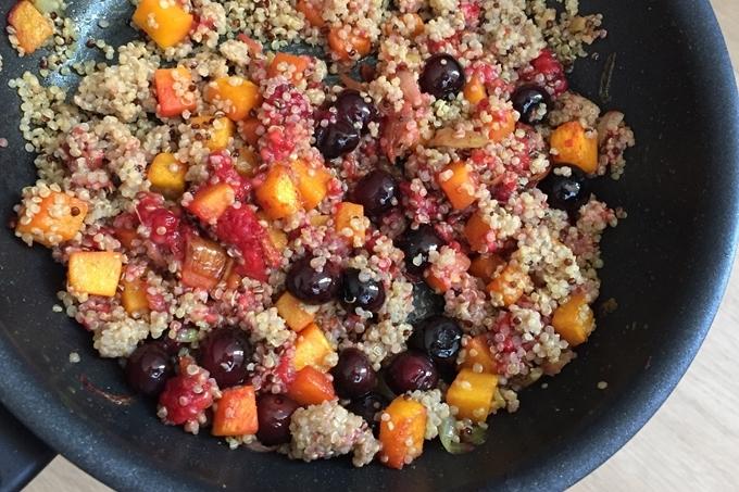 Ensalada de quinoa con calabaza y frutos rojos