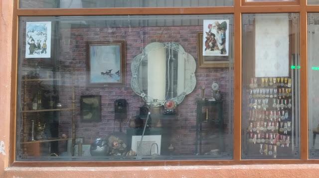 חלק מחלון ראווה של חנות יד שניה עם חפצים מעניינים חלקם מהתקופה הקומוניסטית