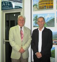 Presidente da ATL Delmo Ferreira com o secretário de Cultura Elias Martins: solenidade marcada por homenagens