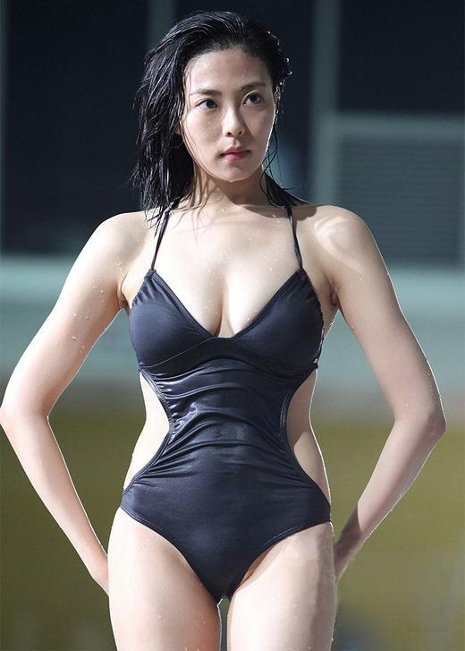 Choo Soo Hyun / Chu Su Hyeon (추수현) in the revealing black swimsuit.