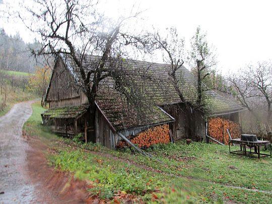 Przed tym domem szlak odbija w lewo na grzbiet Skiełka.
