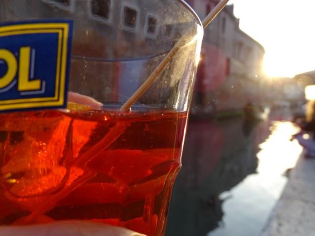 spritz aperitivo veneciano rojo atardecer  canal gondola