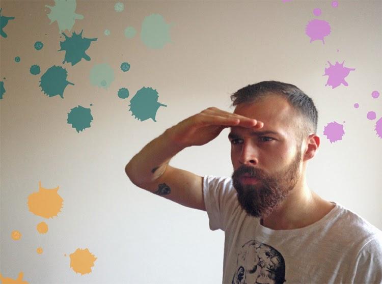 Pärchen Haushalt Paar Haushalt mit Freund zusammenziehen Mann mit Vollbart und Tattoos Bart wachsen lassen roter Bart Mann im Haushalt