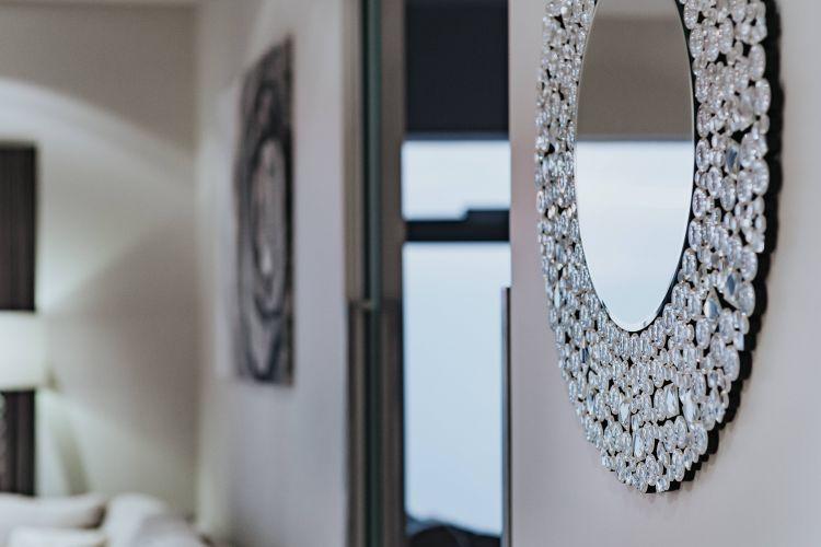 Jak dekorować pokój lustrem?