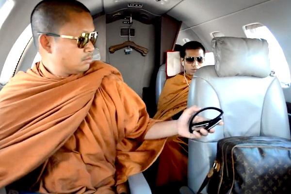 Luxo, aviões privados e relações sexuais: o caso que expôs a crise do budismo na Tailândia