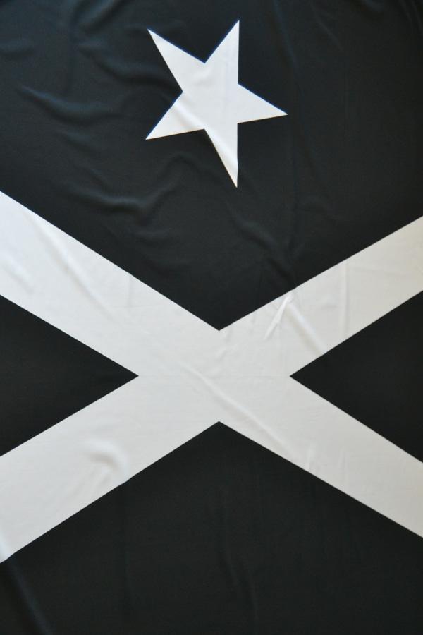 b0ad56aec0ba6 Ayer fue día de elecciones al Parlament de Catalunya y vi un par de veces  la misma bandera colgada. Una estrella blanca de 5 puntas y una cruz blanca  sobre ...