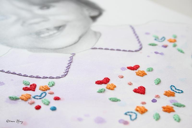 Dibujo a lápiz y flores bordadas sobre papel