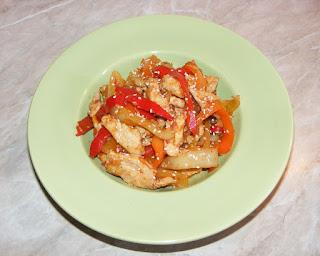 retete, piept de pui la tigaie cu legume si susan gatit in stil asiatic, retete culinare, retete de mancare, preparate din pui si legume, mancaruri cu pui si legume, pui,
