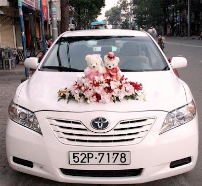 Gợi ý bạn cách cắm hoa cưới trang trí xe đưa dâu