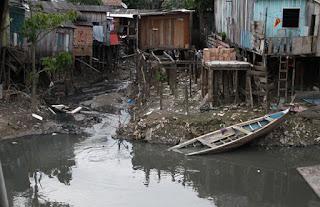 Moradias ribeirinhas sem nenhum tratamento de esgoto