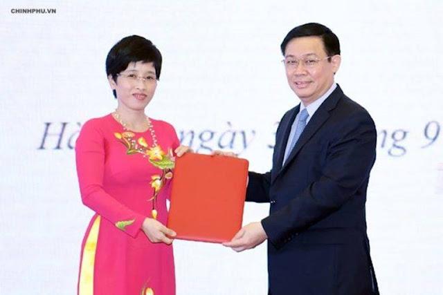 Phó Thủ tướng Vương Đình Huệ trao quyết định cho bà Nguyễn Thị Phú Hà