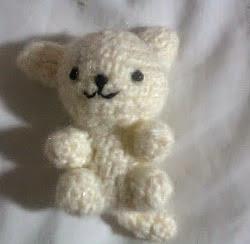 http://demonnekopaws.blogspot.com.es/2011/04/gatito-amigurumi.html