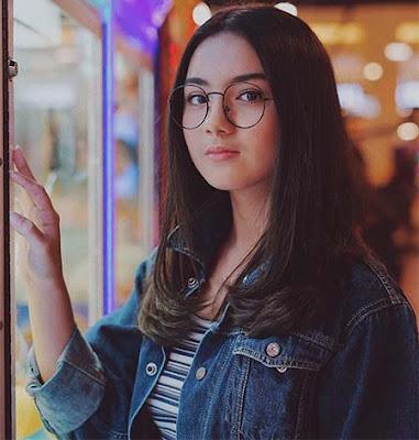 Ersya Aurelia Pakai Kacamata