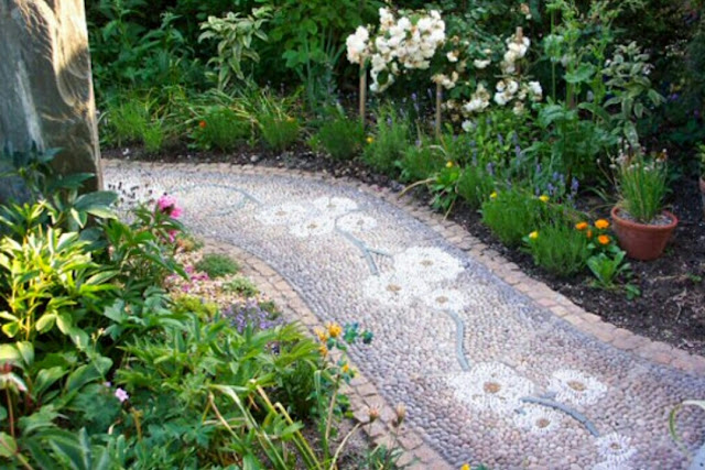 With a small effort you can make your backyard more beautiful and elegance. Stepping stones path will create extra decor. Their elegance look will contribute extra feelings and nature lovers environment that will gives memorable moment to your guest and visitors. Check these 65 interesting ideas to make stepping stones in different styles