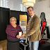 Manuel López Vidal, CEO de Agua de Talavera hace entrega del premio a la ganadora del concurso promocional